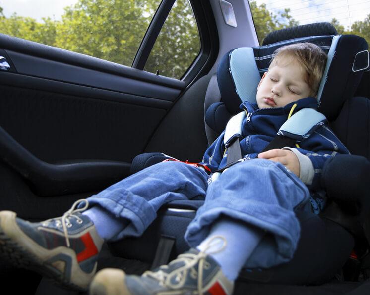 La seguridad en el auto for Asientos ninos coche
